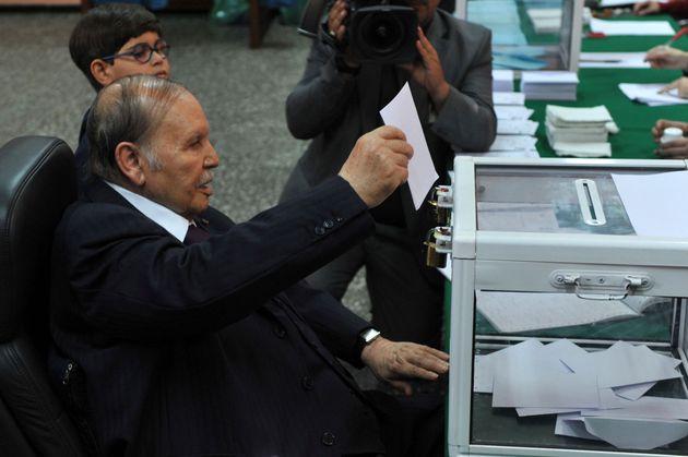 Le président algérien Abdelaziz Bouteflika vote lors des élections locales en Algérie,...