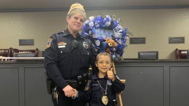 6-Jährige unheilbar an Krebs erkrankt:Polizeichef erfüllt ihr ihren größten