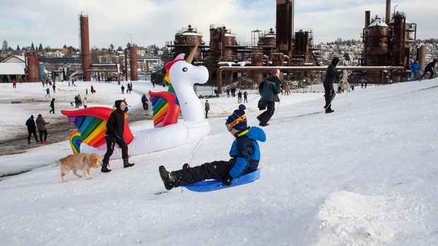 SEATTLE, WA - FEBRUARY 09: People play at Gas Works Park after a large storm blanketed the city with snow on February 9, 2019 in Seattle, Washington. (Photo by David Ryder/Getty Images)