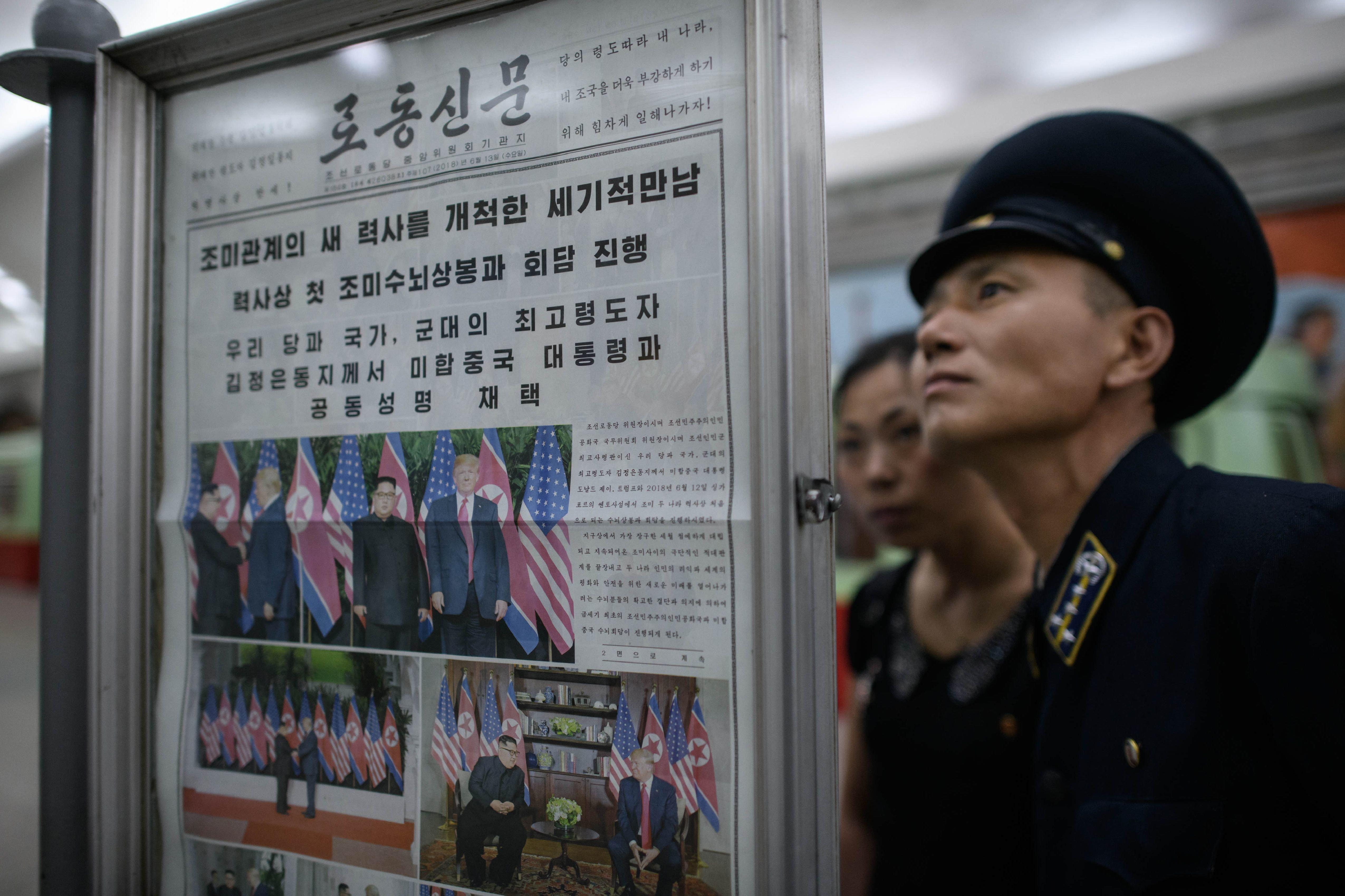 2018년 6월 13일 평양 지하철역 뉴스스탠드에서 북미정상회담 기사를 보고 있는 북한