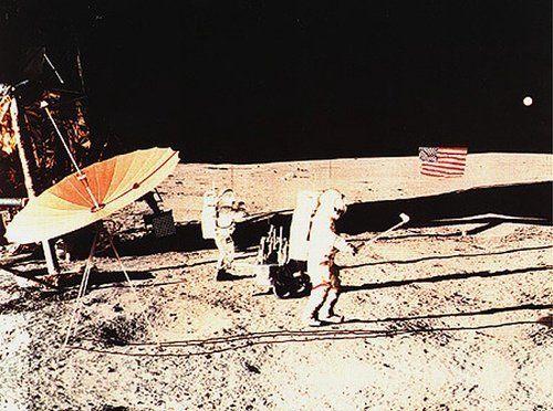 """아폴로 14호 우주비행사 앨런 셰퍼드가 달에서 골프샷을 날리는 모습. 그의 자서전 &lt;문샷&gt;에 실린 것이다. 실제 사진이 아닌 합성이미지다. 실제 골프공을 날리는 모습은 텔레비전 중계 영상만 남아 있다.<a href=""""http://www.hani.co.kr/arti/science/science_general/881315.html?_fr=sr1#csidxbc989680558adef9096158a4c59fb80""""></a>"""