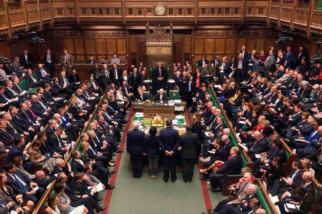 Das britische Unterhaus ist tief gespalten beim