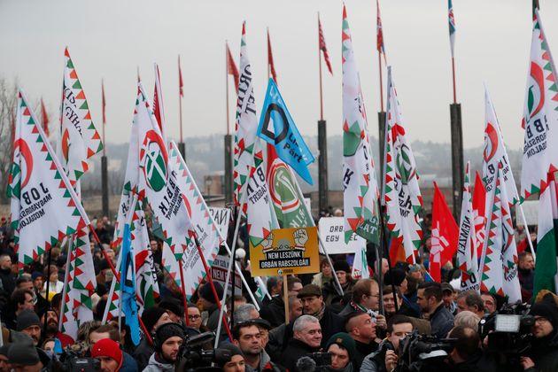 Η αντιπολίτευση στην Ουγγαρία απάντησε αμέσως με διαδηλώσεις κατά των μέτρων που ανακοινωσε ο Ορμπάν