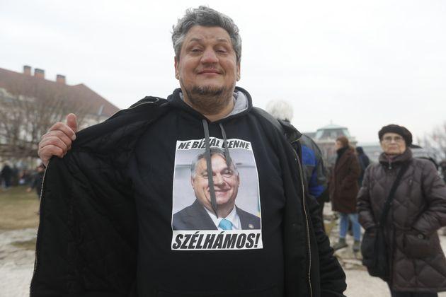 Διαδηλωτής εναντίον του πρωθυπουργού της Ουγγαρίας Βίκτορ Ορμπάν