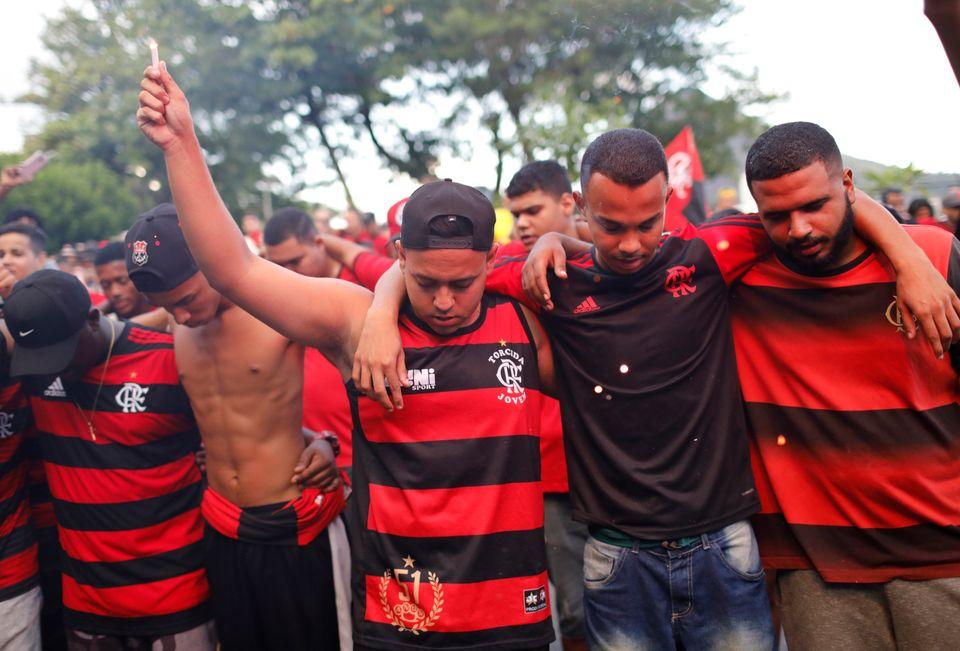 Torcedores se reúnem em passeata na frente da sede do Flamengo, na Gávea, no Rio de