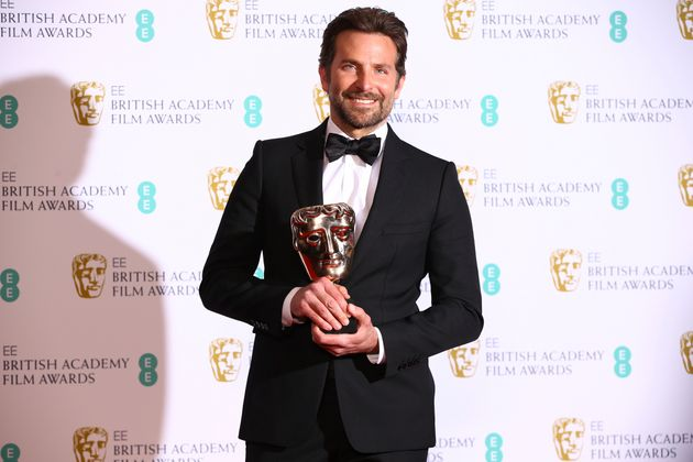 Ο Μπράντλεϊ Κούπερ με το βραβείο του για την ταινία «A star is born»
