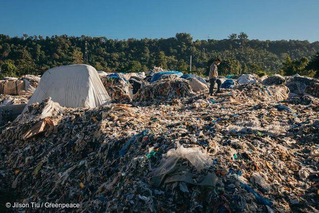 그린피스 필리핀사무소 관계자가 필리핀 미사미스 오리엔탈에 압수 보관 중인 한국발 플라스틱 쓰레기 5100 톤을 조사하고