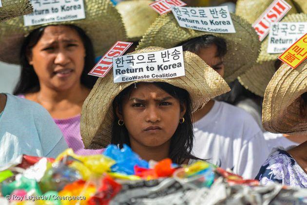 필리핀 국민들이 마닐라에 있는 필리핀 관세청 앞에서 한국 플라스틱 쓰레기 반송을 요구하는 가두 행진을 하고
