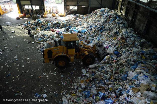 한국의 자원순환센터에는 매일 엄청난 양의 일회용 플라스틱 쓰레기가 들어오고