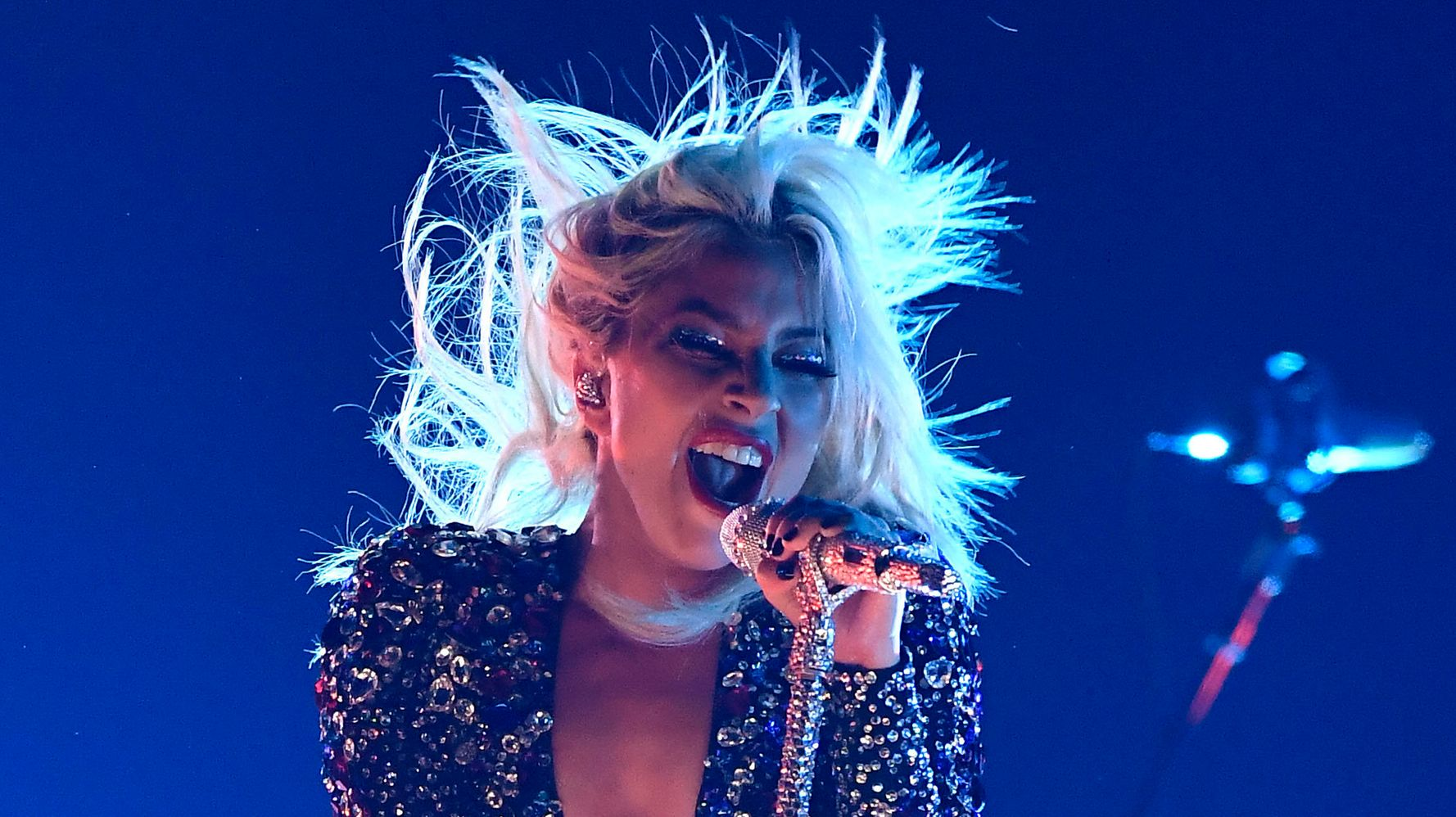 Lady Gaga Performs Shallow Without Bradley Cooper At