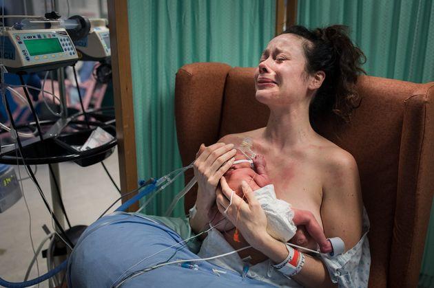 출산의 강렬한 순간을 담은 날 것 그대로의 사진