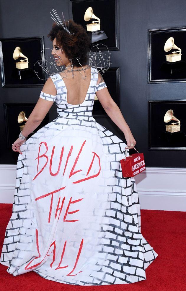가수 조이 빌라가 트럼프의 '국경장벽' 레드카펫 룩을