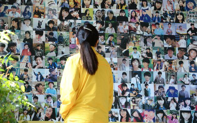2017년 4월 16일 4.16 단원고 기억교실에서 세월호 참사 유가족이 희생자들의 사진을 바라보고
