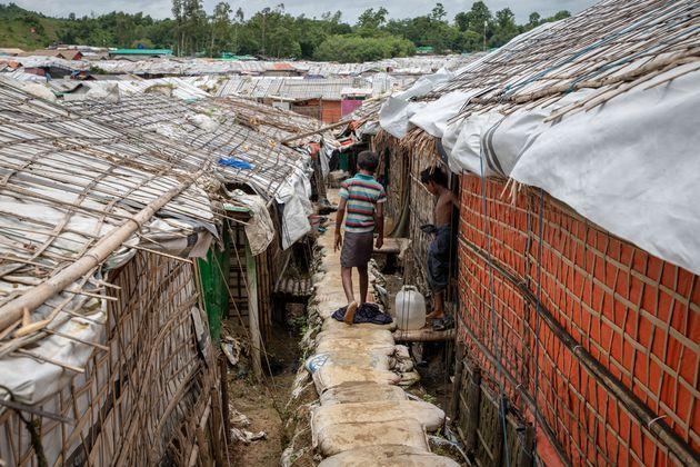 콕스 바자르의 운치프랑 난민 캠프에서 어린이가 샌드백으로 만든 임시 통로를 걸어가고 있다