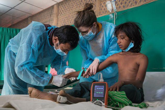 디프테리아 치료소에서 국경없는의사회 의료진이 치료제를 주사하고 있다