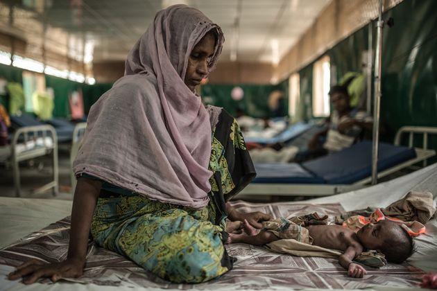 고얄마라에 위치한 국경없는의사회 병원에서 치료 받는 로지아와 2개월된 아들 주바르.  병원에 입원한 많은 아이들은 비위생적인 환경에서의 출산과 출생 후 맞이하는 열악한 환경으로 전염병에 걸렸다