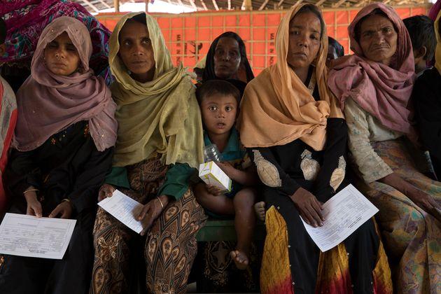잠톨리에 위치한 국경없는의사회의 1차 진료소에서 진료를 기다리는 환자들
