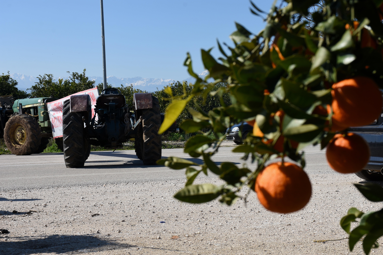 Αμετακίνητοι οι αγρότες – Ποιοι δρόμοι είναι αποκλεισμένοι με