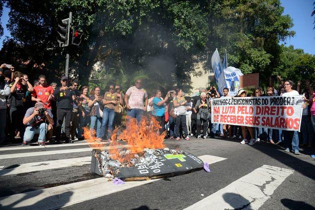 Servidores aposentados, professores e alunos fazem manifestação no Rio de Janeiro em agosto...