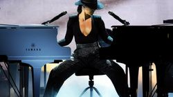 Aux Grammy Awards, Alicia Keys impressionne en jouant sur deux