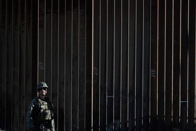 미국-멕시코 국경에 파견된 한 미국 군인의 모습. 샌디에이고, 캘리포니아. 2018년