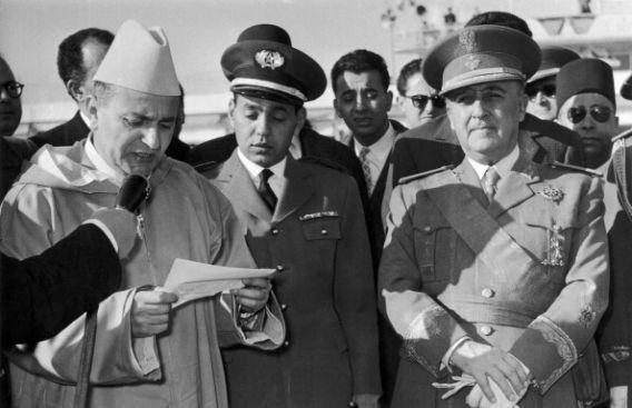 De gauche à droite, en avril 1956, le roi Mohammed V, son fils le prince Moulay Hassan, et le...