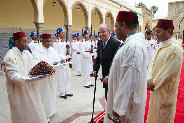 Le roi Mohammed VI et le prince Moulay Rachid reçoivent le roi Juan Carlos au palais royal pour...
