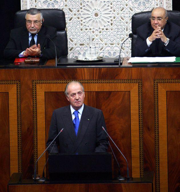 Le 19 janvier 2005, le roi Juan Carlos s'exprime au Parlement marocain. Derrière lui se trouve,...