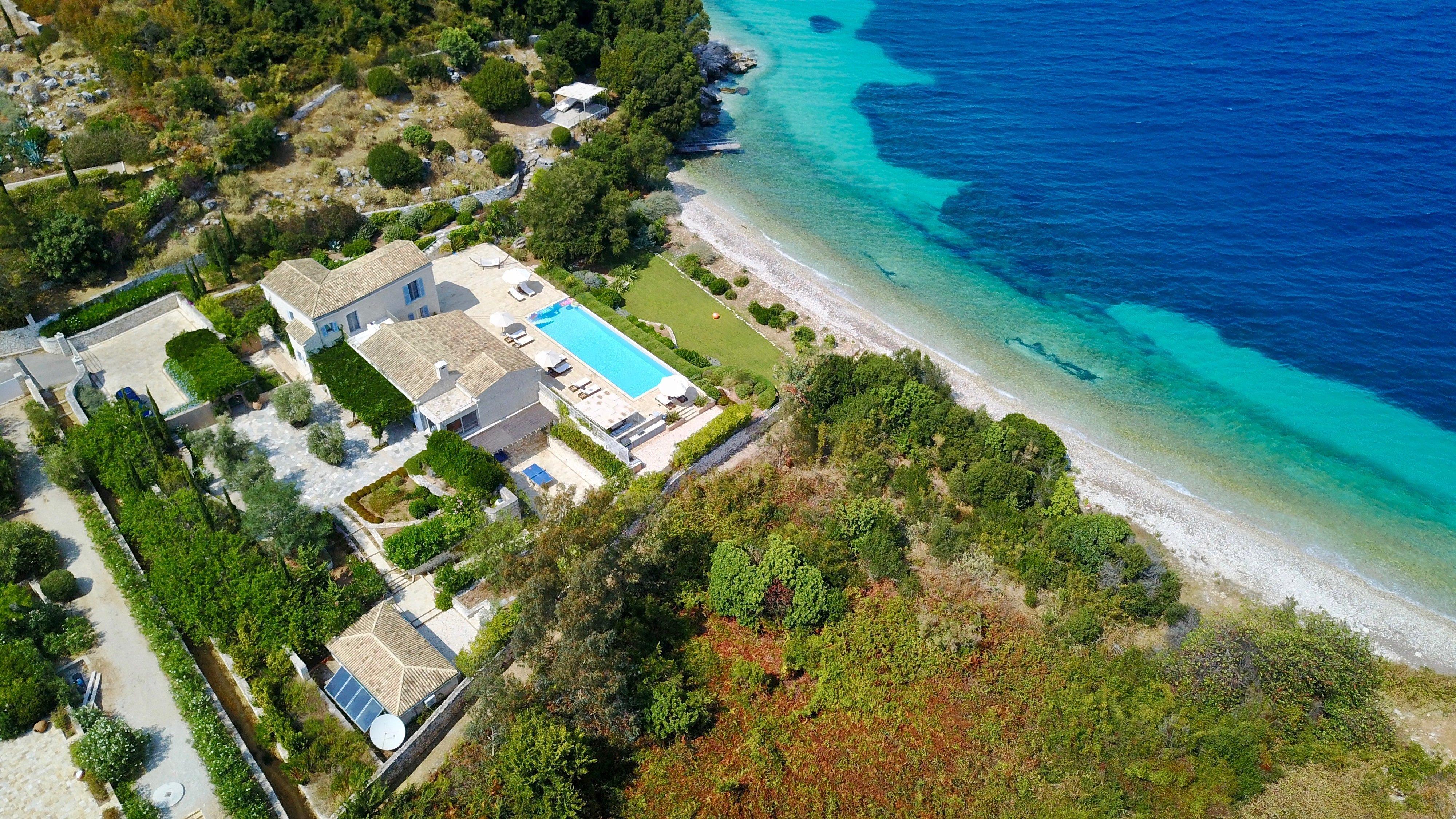 ...και βίλα με πισίνα - και μία ονειρική παραλία με άμμο στα πόδια σου. Ενα από τα πανάκριβα ακίνητα - αριστουργήματα, που θα ανακαλύψει κανείς στην ιστοσελίδα της Sotheby's Greece. Δίπλα σε έναν αριθμό με πολλά μηδενικά.