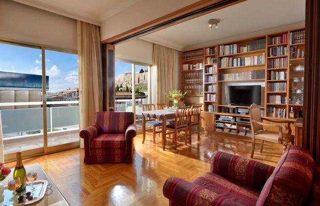 Ενα διαμέρισμα στην Αθήνα. Αλλά τί διαμέρισμα! Με θέα στην Ακρόπολη, από την πολυθρόνα του τυχερού ιδιοκτήτη...