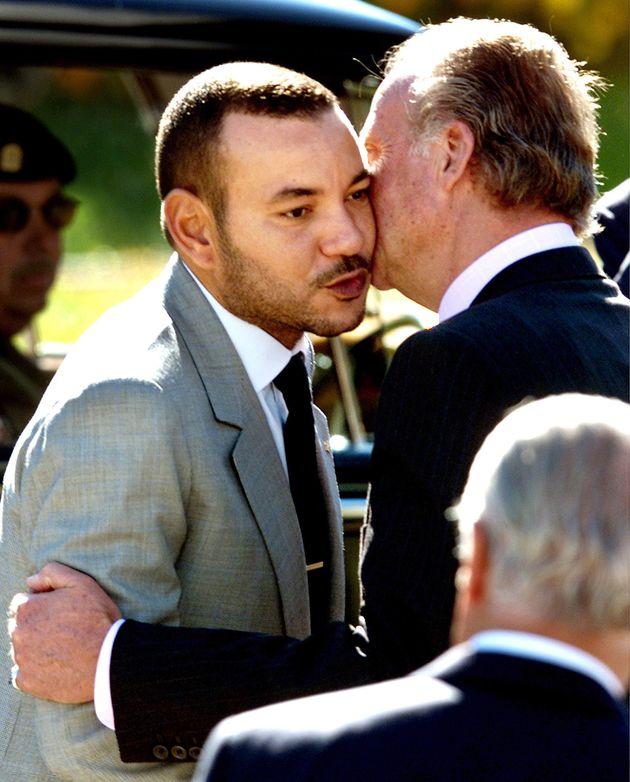Juan Carlos salue le roi Mohammed VI après sa visite, le 20 septembre