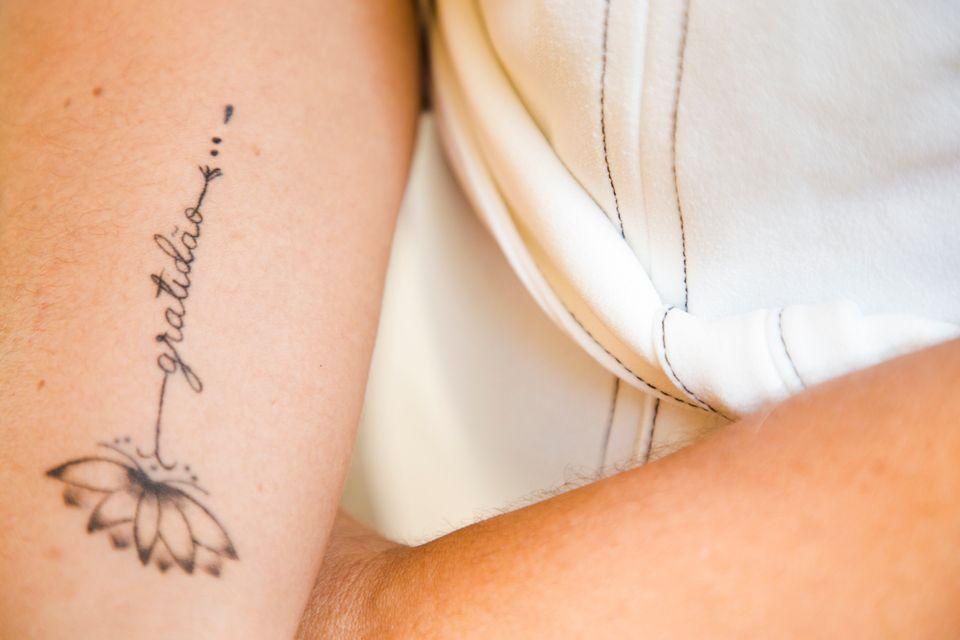 """A cada """"aniversário"""" de diagnóstico, Andrea faz uma tatuagem: """"ser o..."""