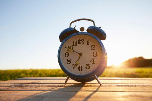 Os relógios devem ser atrasados em uma hora de sábado para