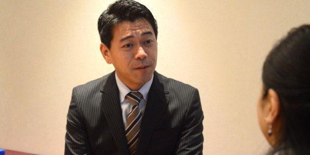 抗議の署名を手渡した腎臓病患者、野上さんと対話する長谷川豊さん