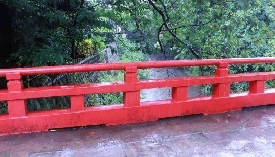 朱塗りが目を引く琴引橋