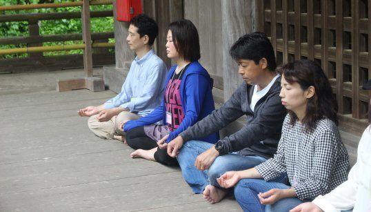 10分間の瞑想タイム。自然の音や匂いを感じる。
