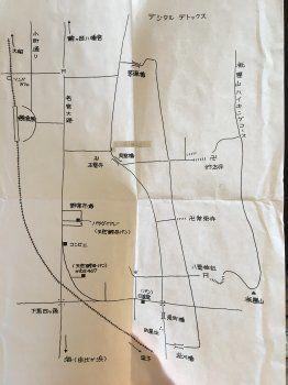 地図を元に目的地を目指す