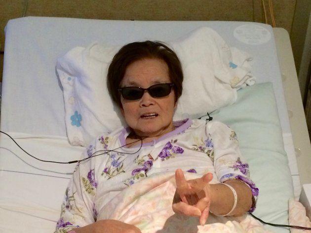 サングラスをかけて、ピースサインを決める祖母。入院当初はまだ元気だった。