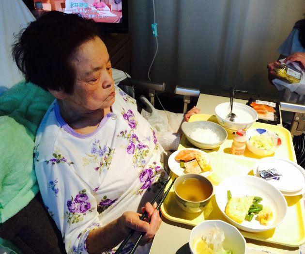 病院食を食べる祖母。