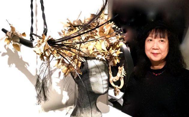 帽子デザイナー村山京子さん。石川県出身、パリ在住。「サロン・ド・シャポー学院」を卒業後、パリ エコール・デ・ボザール留学。老舗帽子ブランド「メゾン・ミッシェル」に在籍、シャネルやディオールなどのブランドデザインを手がける。その他、演劇、オペラ、ファッションショーなど幅広く活躍中