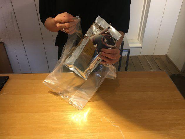 商品を入れる袋は、無色透明だった
