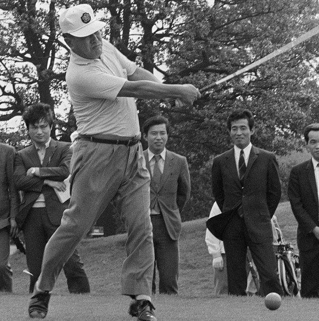 ゴルフを楽しむ田中角栄首相(東京・小平市の小金井カントリークラブ)