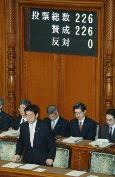 参議院本会議で改正児童福祉法が可決、成立し、一礼する塩崎恭久厚生労働相(左手前)=2016年5月27日、東京・国会内