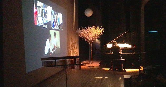 ユキさんがピアノを演奏する様子
