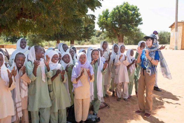 生徒たちから歓迎を受ける竹下景子さん。
