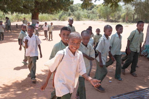 学校に通う子供たち。