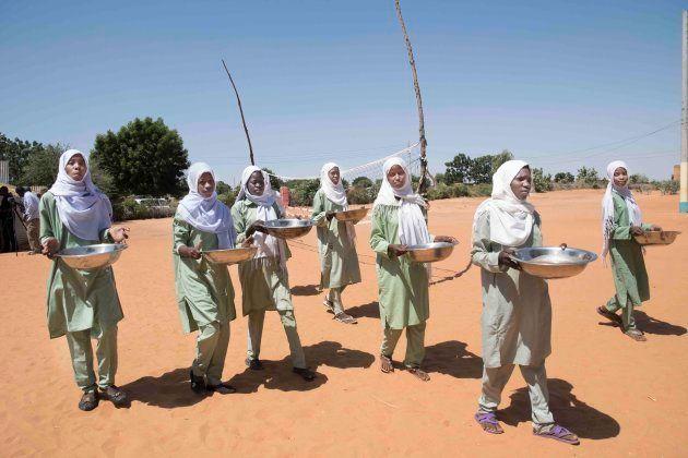 給食を運ぶ子供たち(アルデーバ学校)