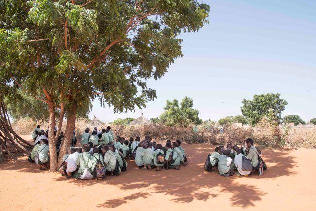 グループで給食を囲む子供たち(シャグエルウィンディ学校)