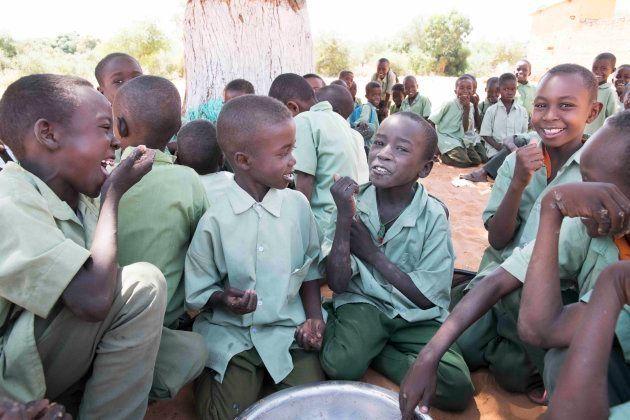 おしゃべりしながら給食を楽しむ子供たち(アルデーバ学校)