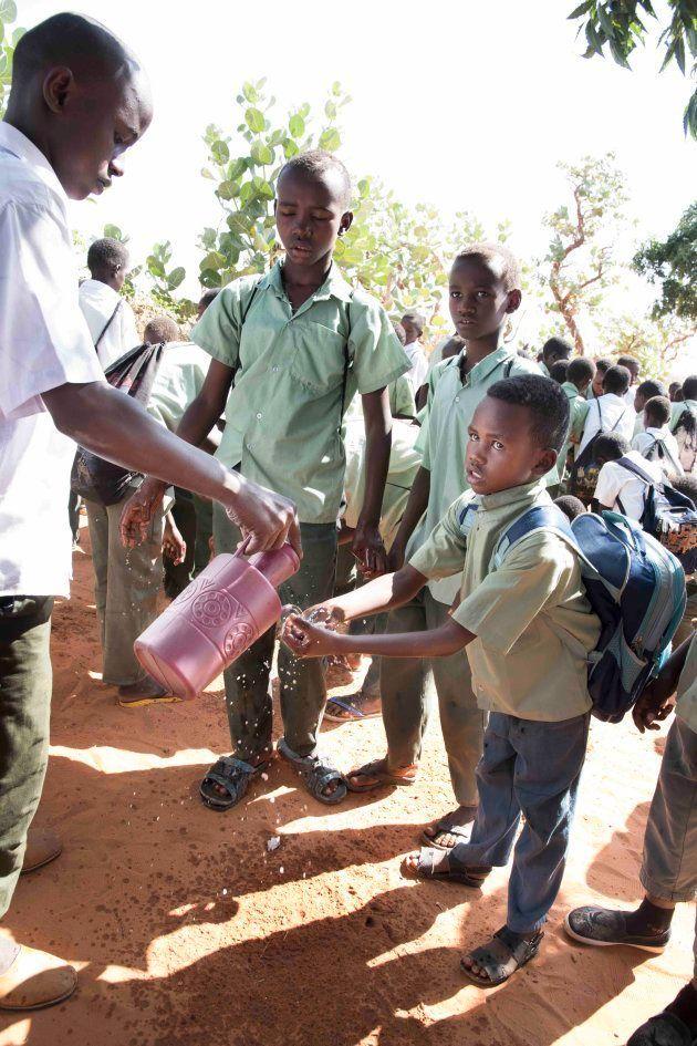 給食の前に並んで手を洗う子供たち(シャグエルウィンディ学校)